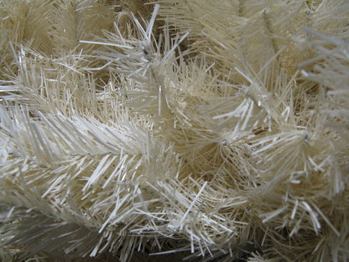 �rbol de navidad artificial hecho con plumas de ganso