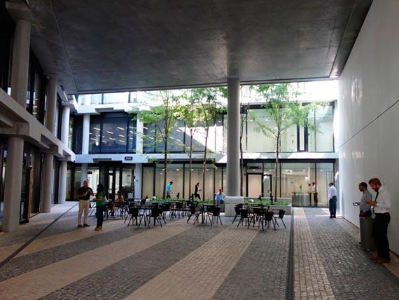 BBVA-OpenMind-Reinventar-la-empresa-Herzog-El límite entre espacio interior y exterior es difuso. Plaza de la ciudad «vieja»