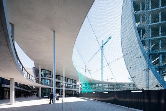 BBVA-OpenMind-Reinventar-la-empresa-Herzog-En la plaza se unen las ciudades «vieja» y «nueva». Su forma es similar a la del edificio en altura