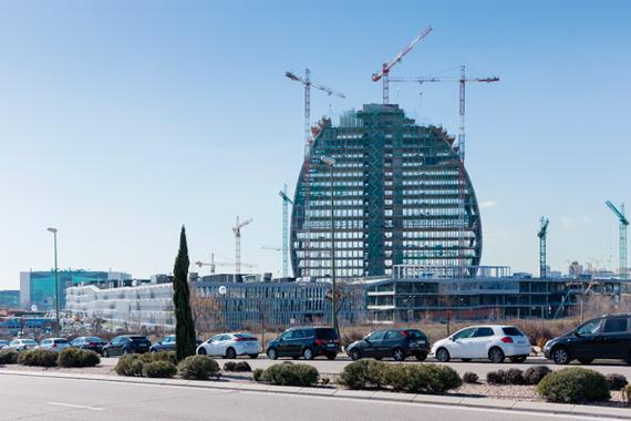 BBVA-OpenMind-Reinventar-la-empresa-Herzog-La torre acentúa la visibilidad exterior del BBVA. Sus suaves contornos y su transparencia le dan un aspecto frágil y delicado