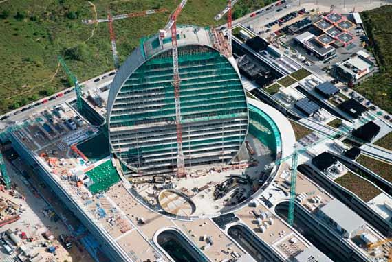 BBVA-OpenMind-Reinventar-la-empresa-Herzog-La forma de la torre coincide más o menos con la de la plaza. Es como si hubiera sido cortada de la «alfombra» y alzada