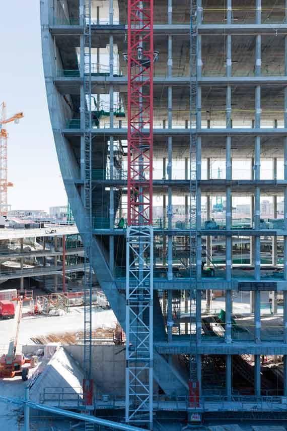 BBVA-OpenMind-Reinventar-la-empresa-Herzog-La torre solo tiene 12 metros de profundidad, su anchura equivale a la altura de los edificios horizontales