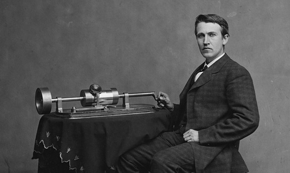 BBVA-OpenMind-ventana-edison-inventor-Thomas Edison with his second phonograph, in 1878. Credit: Mathew Brady