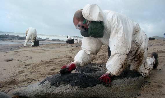 Historias_del_Chapapote_07-El Prestige encalló en noviembre de 2002 contaminando más de 2.000 km de costas españolas.