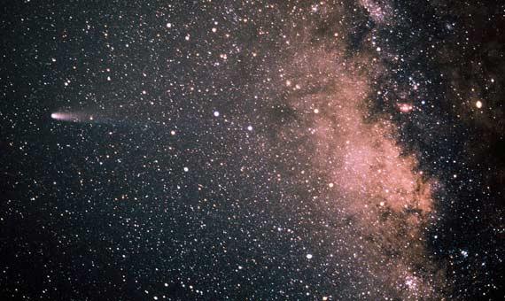 El cometa Halley (a la izquierda) y la Vía Láctea, un una astrofotografía de 1986. Crédito: <strong>Reinhold Haefner/ESO</strong>