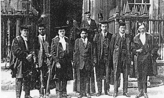 Ramanujan (centro) junto a su colega G.H. Hardy (extremo derecho) y otros científicos en el Trinity College de Cambridge. Crédito: Wikimedia Commons