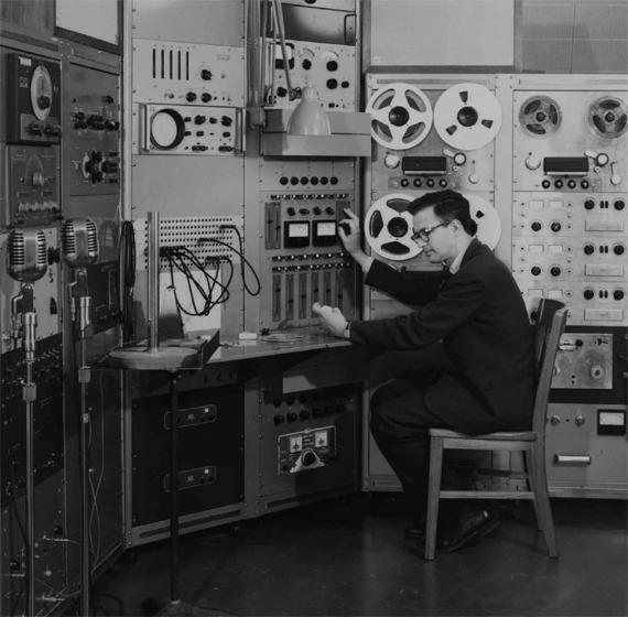 El estadounidense Lejaren Hiller en el recién inaugurado estudio de música experimental de la Escuela de Música de la Universidad de Illinois, 1958