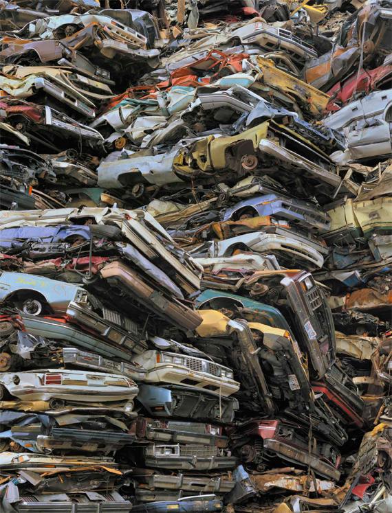 BBVA, OpenMind. Imponderables tecnológicos: riesgo existencial y una humanidad en transformación. HÉIGEARTAIGH. Chris Jordan, Crushed cars #2, Tacoma (2004). Serie Intolerable Beauty: Portraits of American Mass Consumption. 44 x 62 cm