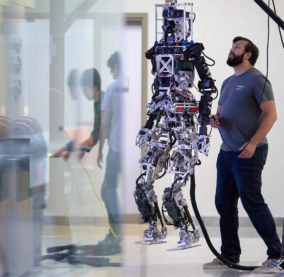 BBVA, OpenMind, Inteligencia artificial de beneficios probados. RUSSELL.Un miembro de Team Valor prueba el robot THOR durante la preparación del Desafío Robótico (Robotics Challenge) de DARPA, la agencia de investigación de proyectos avanzados de defensa en el TREC (laboratorio de ingeniería y control de robótica terrestre) del Virginia Tech