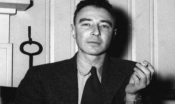El padre de la bomba nuclear Robert Oppenheimer en 1946. Crédito: Ed Westcott