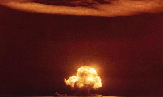 La famosa fotografía en color de la prueba Trinity, la primera explosión nuclear. Crédito: Gobierno Estados Unidos