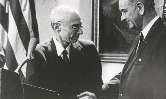 Oppenheimer, a la izquierda, recibe el premio Enrico Fermi. Crédito: Departamento de Energía de EE UU