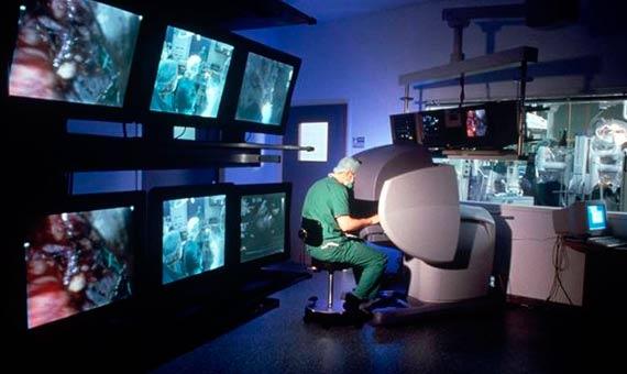 5. Un cirujano utiliza al robot Da Vinci para realizar una operación quirúrgica. Crédito: Wikimedia Commons