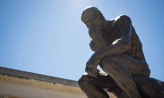Reproducción en bronce de El Pensador de Rodin frente al museo Legion of Honor en San Francisco (EEUU). Crédito: Drflet