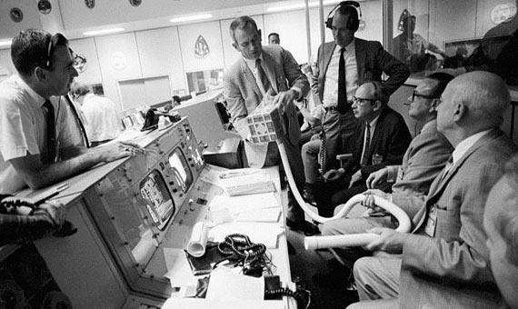 El equipo de control del Apolo 13 en Houston con el aparato para eliminar el CO2 de la nave. Crédito: NASA