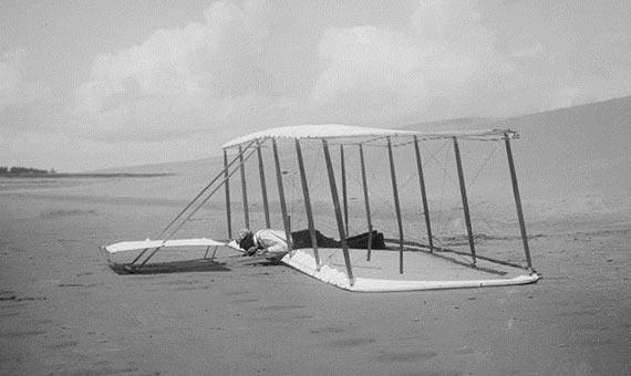 Wilbur Wright después de aterrizar con el planeador en 1901. Crédito: Biblioteca del Congreso