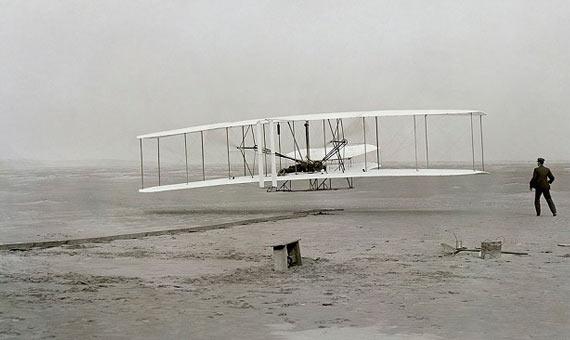 Primer vuelo con éxitor del Wright Flyer en 1903. El aparato voló durante 12 segundos una distancia de 36,6 metros. Crédito: Biblioteca del Congreso, división de Washington