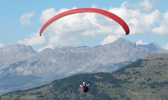 A Leonardo le fascinaba la idea de volar e ideó una especie de parapente, germen de los actuales. Crédito: Voyages Provence.