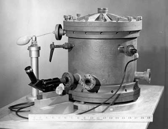 Original apparatus used by Millikan in his oil-drop experiment. Credits: Wikipedia.