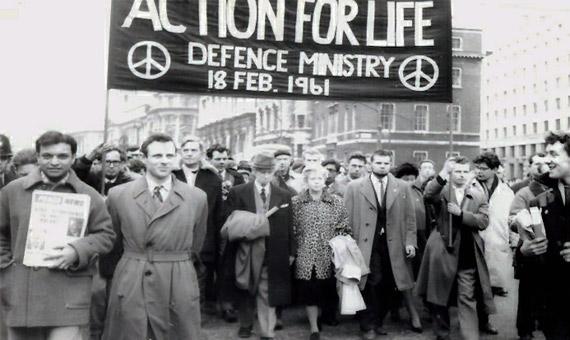 Bertrand Russell, en el centro, lidera una marcha antinuclear en Londres en 1961, un año antes de morir. Crédito: Tony French