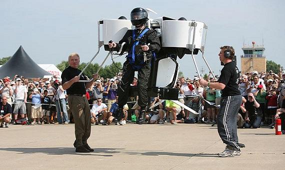 El primer vuelo público del Martin Jetpack en 2008. Crédito: MartinJetpack