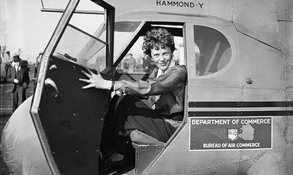 Amelia Earhart en su avión. Crédito: Harris & Ewing