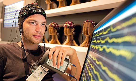 La conexión de un cerebro humano a un ordenador mediante microelectrodos implantables es ahora una opción científica real. Crédito: Ars Electronica/Flickr