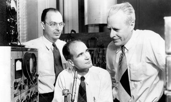 Una de las fotografías oficiales con las que los Laboratorios Bell anunciaron la invención del transistor: Bardeen (izquierda), Shockley (centro) y Brattain (derecha). Aunque parece que reina la armonía entre los tres, nada más lejos de la realidad