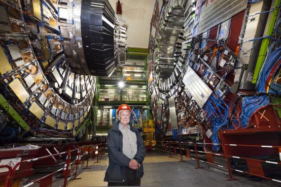 Peter Higgs, delante del detector CMS del Gran Colisionador de Hadrones. Crédito: Maximilien Brice/CERN.
