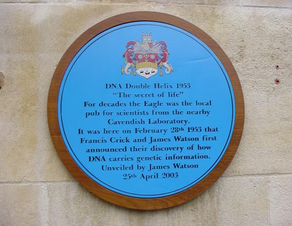 Placa en el pub The Eagle que conmemora el histórico anuncio realizado en el local. Crédito: Benjah-bmm27.