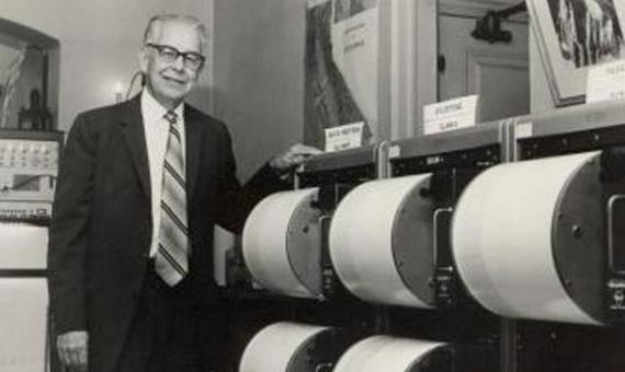 Charles Richter con sus sismógrafos. Crédito: USGS.com