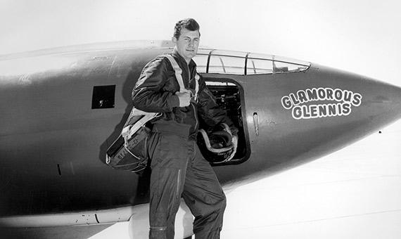 Chuck Yeager junto al avión experimental Bell X-1. Crédito: U.S. Air Force