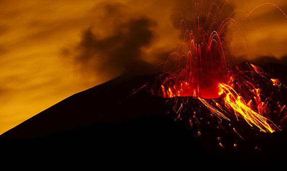 Erupción volcánica con el material magmático saliendo por el cráter. Crédito: Matthew Bednarik.