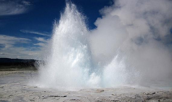 El agua subterránea de las áreas cercanas a las placas tectónicas se calienta y sale a la superficie en forma de fuentes termales o géiseres.Crédito: James St. John.