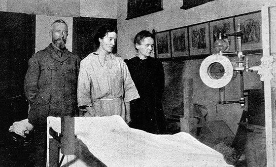 La científica distribuyó 200 servicios fijos de radiología por los hospitales de campaña. Fuente: Wikimedia