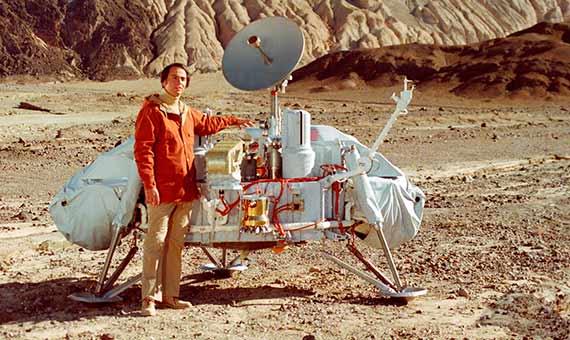 Carl Sagan con un modelo de la sonda Viking en el Valle de la Muerte. Crédito: NASA/Cosmos Studies