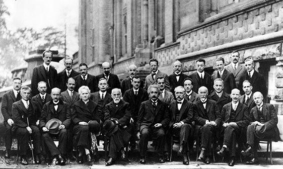 Born (segundo por la derecha en la segunda fila) en la Conferencia Solvay, en 1927, con otros científicos como Albert Einstein. Crédito: Benjamin Couprie, Institut International de Physique de Solvay