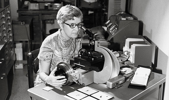Rubin encontró la primera evidencia de existencia de la materia oscura. Crédito: Vassar College Library