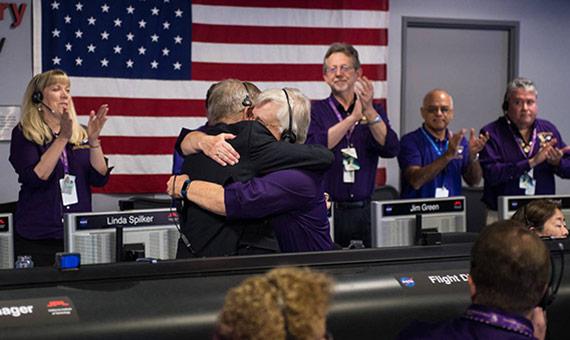 El director del programa Cassini en JPL, Earl Maize, y el director del equipo de operaciones de la nave espacial para la misión Cassini en Saturno, Julie Webster se abrazan después de que la nave espacial Cassini se sumergiera en Saturno. Crédito: NASA/Joel Kowsky