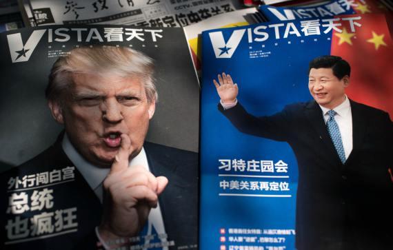 Portadas de revistas con el presidente de Estados Unidos Donald Trump y el presidente chino Xi Jinping se exhiben en un quiosco de prensa en Beijing.