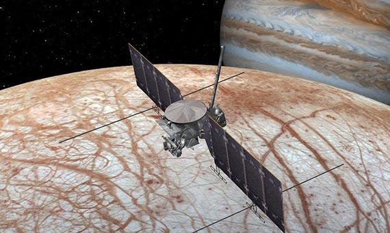 2. La misión de la NASA Europa Clipper orbitará la luna Europa, que aparece en la parte inferior. Al fondo, Júpiter. Crédito: NASA/JPL-Caltech
