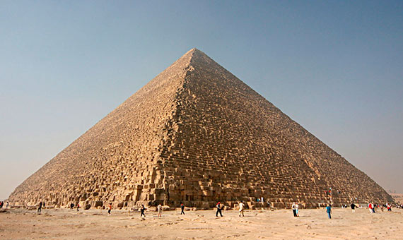 La Gran Pirámide de Giza ha inspirado innumerables teorías sobre su construcción. Crédito: Nina  v