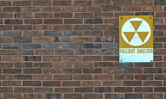 En 1961, el gobierno de John F. Kennedy repartió por todo EE.UU. señales de refugio nuclear. Crédito: Japs 88