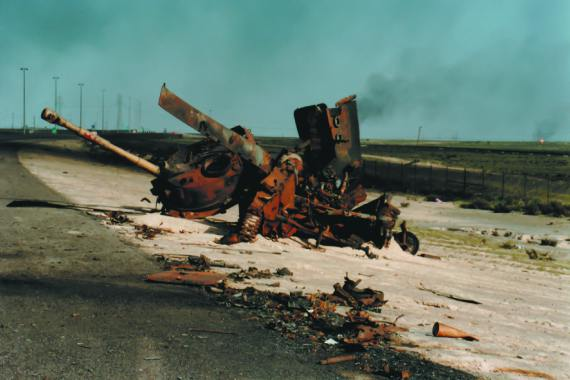 BBVA-OpenMind-Libro 2018-Perplejidad-Al-Rodhan-Kuwait-Remains of Iraqi armor on the road of Kuwait, after failed occupation attemp by Saddam Hussein.