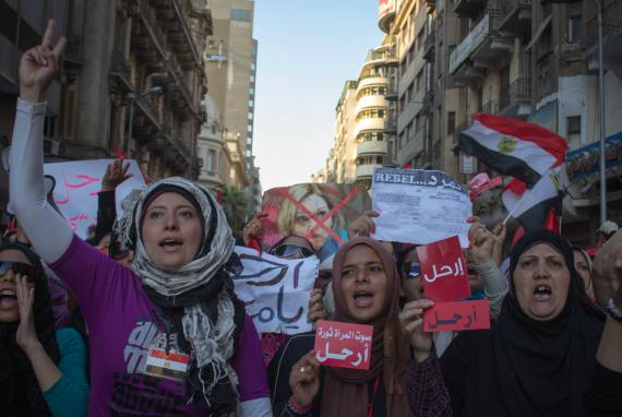 BBVA-OpenMind-Libro 2018-Perplejidad-Al-Rodhan-Mujeres-egipcias-Egyptian women march to Tahrir square in an anti-Muslim Brotherhood protest in 2013.