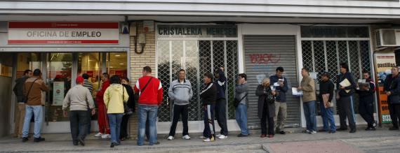 BBVA-OpenMind-Libro 2018-Perplejidad-Gamble-Oficina-de-empleo-SEPE-El paro, una de las lacras más profundas de la crisis económica. En la imagen, cola de parados para acceder a una oficina de empleo en el barrio de Santa Eugenia, Madrid.