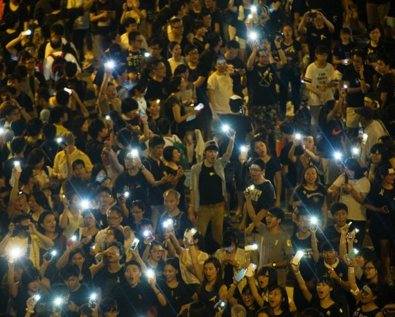 BBVA-OpenMind-Libro 2018-Perplejidad-Kallinikos-Hong-Kong-mensajeria-movil-Protestas en Hong Kong en 2014. Una aplicación de mensajería móvil que no necesita Internet para trabajar, causa problemas a las autoridades chinas.