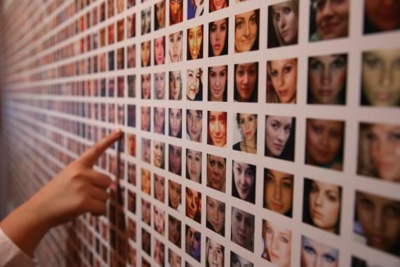 BBVA-OpenMind-Libro 2018-Perplejidad-Kallinikos-fotografia-bigdata-Fotografías de millones de usuarios de Facebook, obra de los artistas Paolo Cirio y Alejandro Ludovico, en la exposición sobre los datos: Big Bang Data en Somerset House, en Londres.