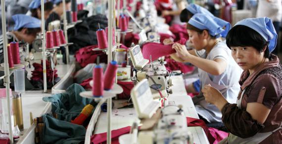 BBVA-OpenMind-Libro 2018-Perplejidad-Nelson-China-LowCost-Women in a textile factory in the Anhui province, east China, work long hours and are poorly paid
