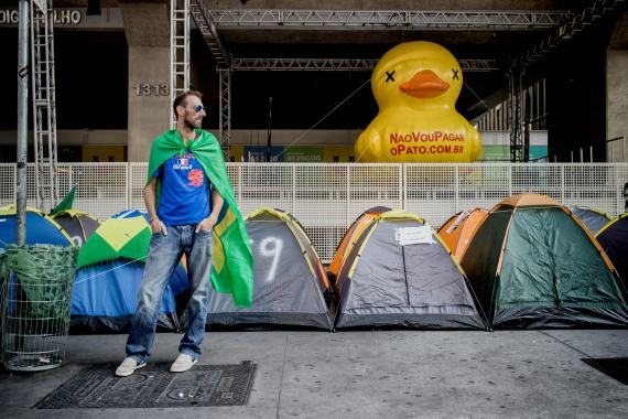 BBVA-OpenMind-Libro 2018-Perplejidad-Pardo-Activistas-Activists in the streets protest against the scandalous increase of corruption in São Paulo, Brazil, in 2016.